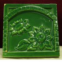 Зелёный поливной рельефный изразец